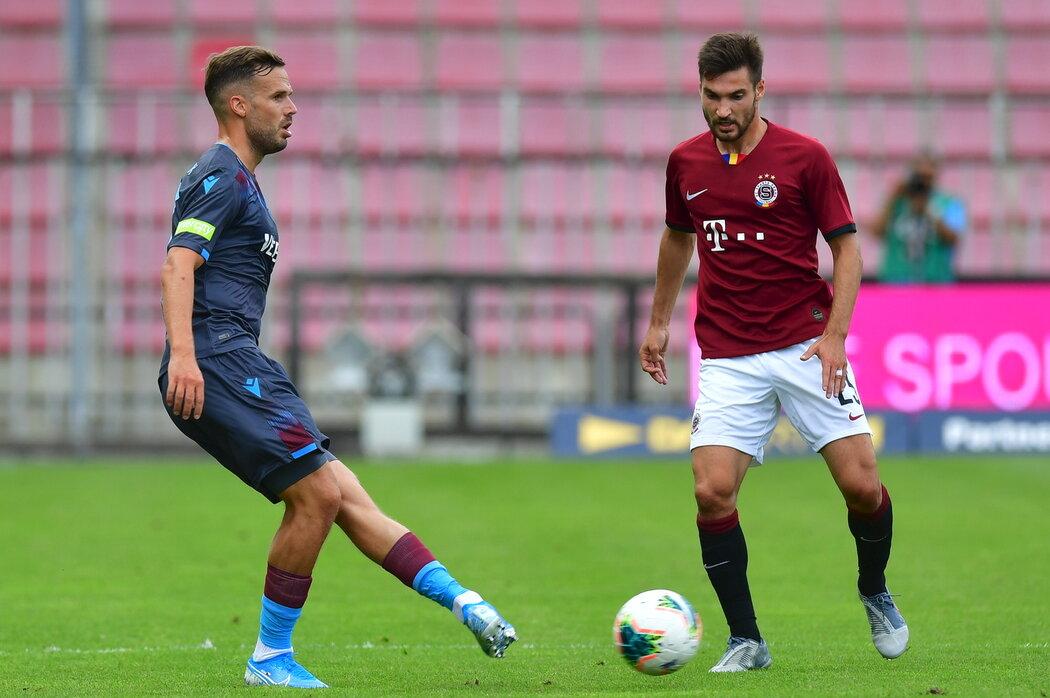Filip Novák v dresu Trabzonsporu odehrává míč před sparťanem Michalem Trávníkem