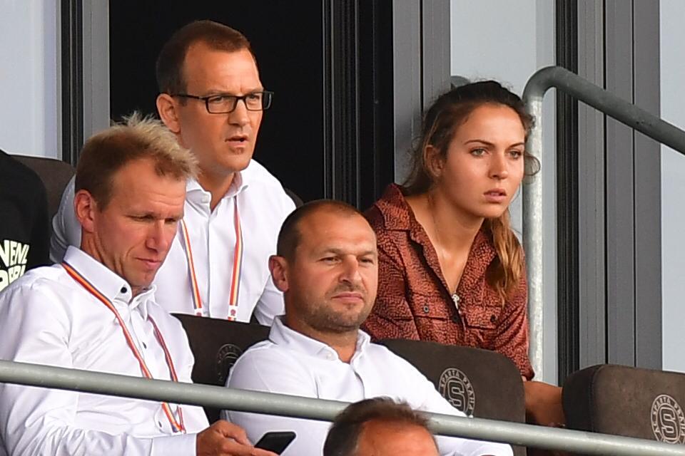 Majitel Sparty Daniel Křetínský pozorně sledoval výkon svého týmu proti Trabzonsporu