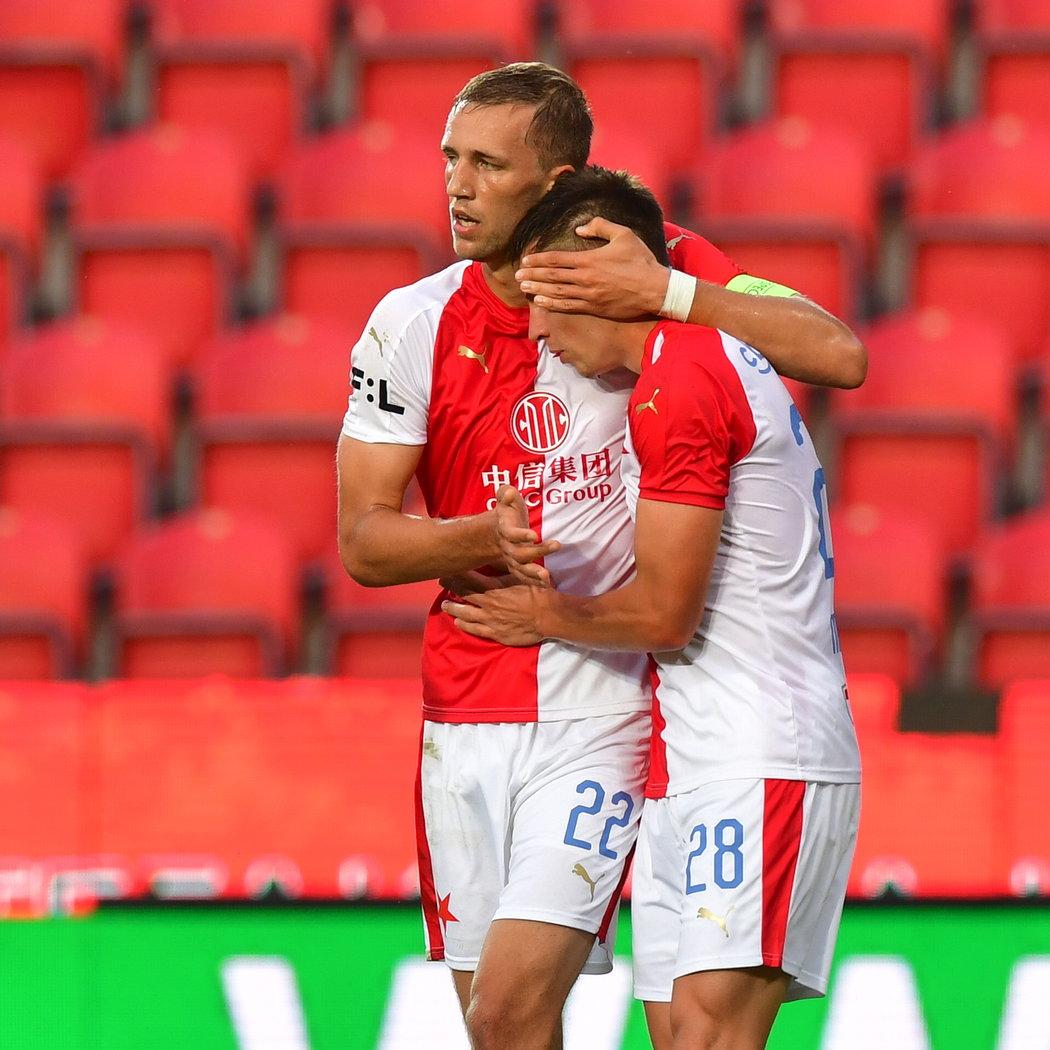 Tomáš Souček blahopřeje Masopustovi k prvnímu gólu