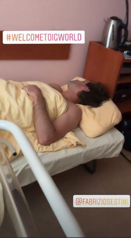 Tatínek odpočívá na nadstandardním pokoji plzeňské porodnice