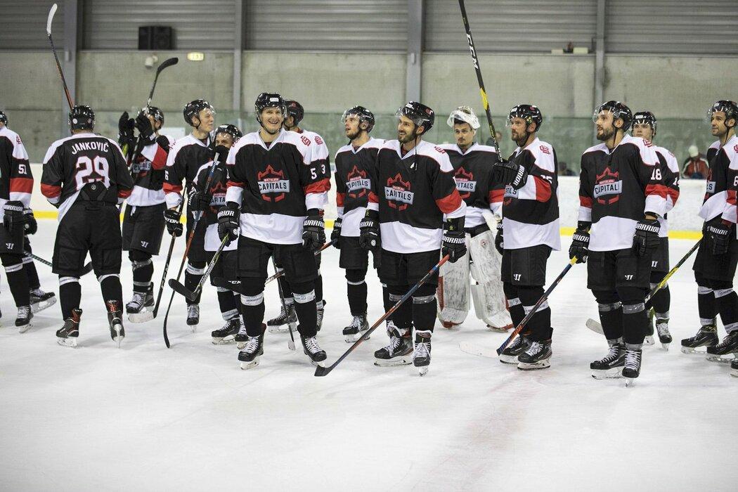 Hokejisté Bratislava Capitals se radují z výhry 6:3 nad Banskou Bystricí.