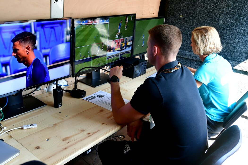 Na třech velkých monitorech sledovali utkání mezi Plzní a Slováckem videorozhodčí Pavel Orel a jeho asistentka Lucie Ratajová v dodávce pro VAR