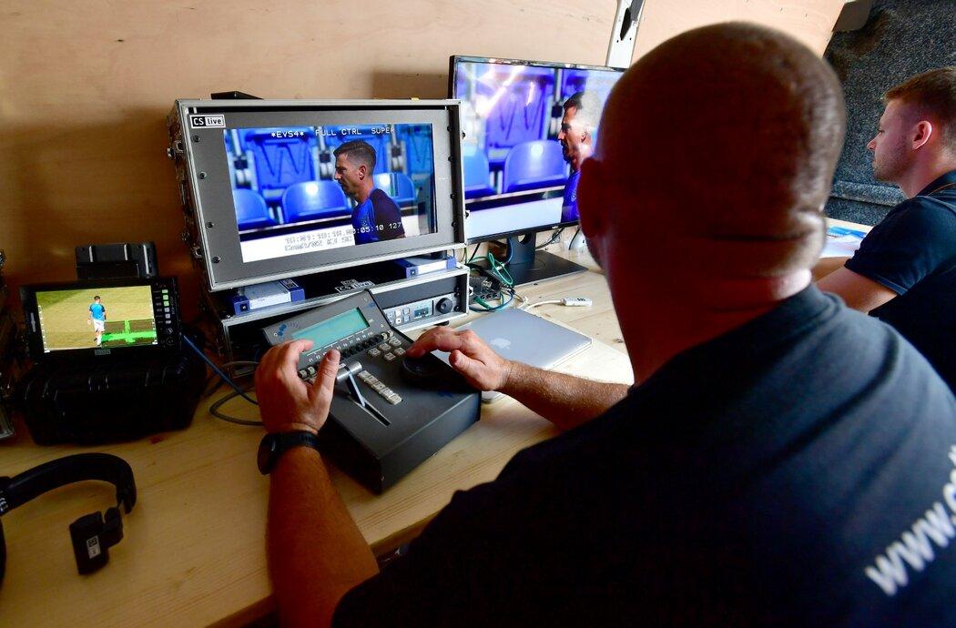 Prostor uvnitř mobilního pracoviště pro videorozhodčí