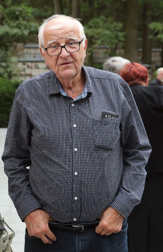Bývalý komentátor a šéf sportovní redakce České televize Otakar Černý na posledním rozloučení s charismatickým Miodragem Merthou