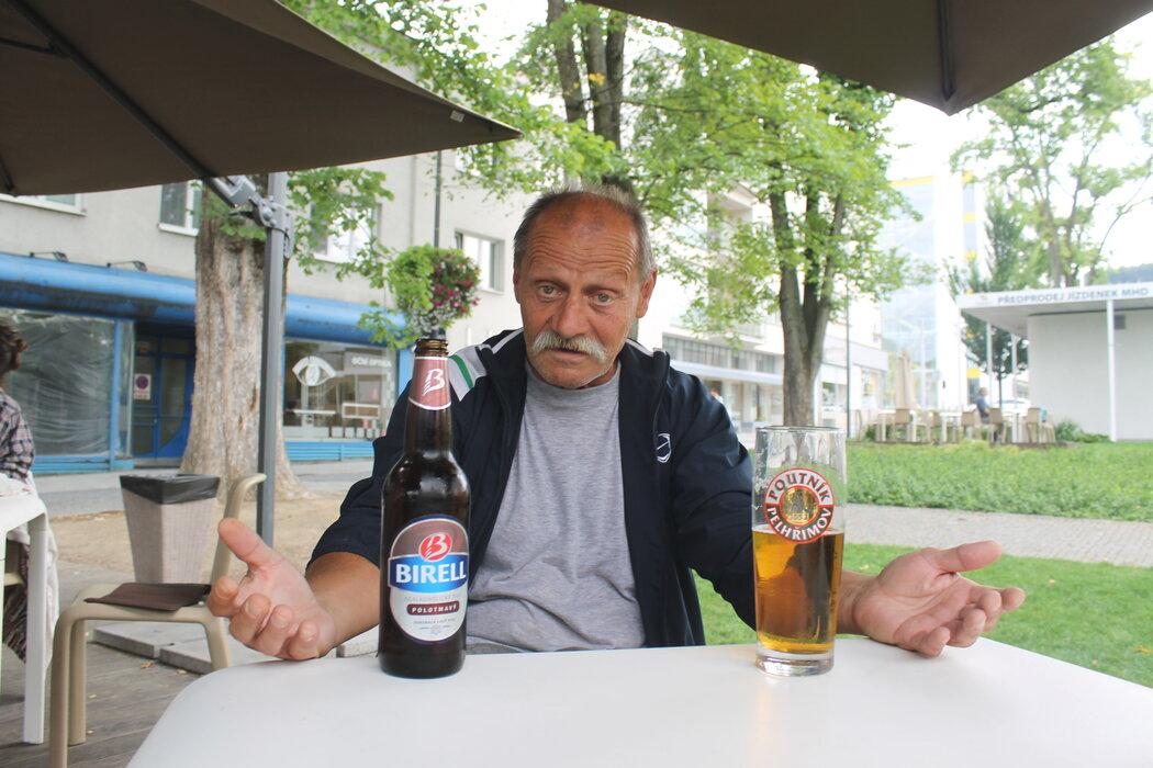 Nealko, nebo chlast? Petr Janečka se v životě potácí spíš na straně alkoholu, léčení nepomohlo...
