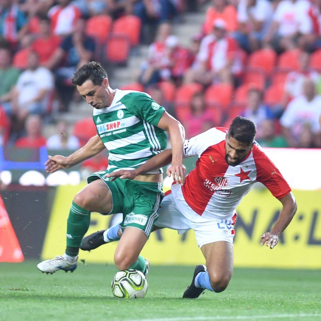 Kamil Vacek (vlevo) se pere o míč se slávistickým útočníkem Júsufem