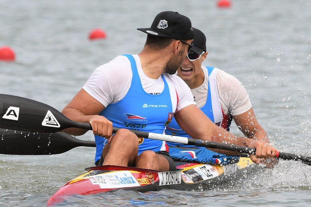 Josef Dostál s Radkem Šloufem v cíli finále MS na kilometru, ve kterém čtvrtým místem vybojovali účastnické místo na olympiádě v Tokiu