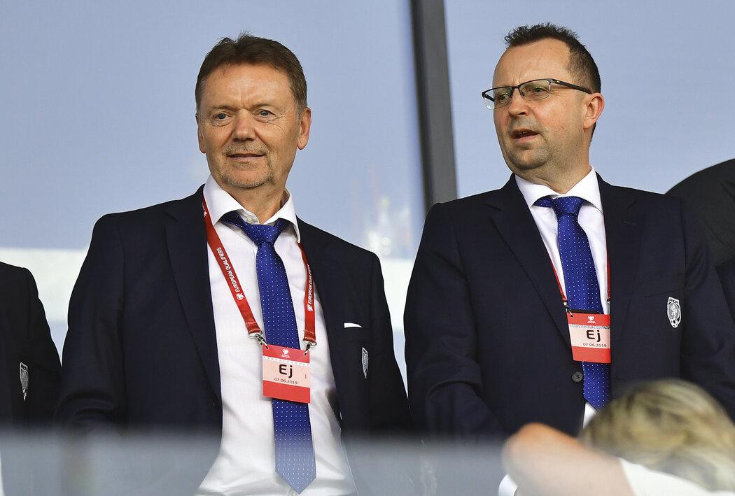 Místopředseda FAČR Roman Berbr a předseda Martin Malík na tribuně při utkání české reprezentace