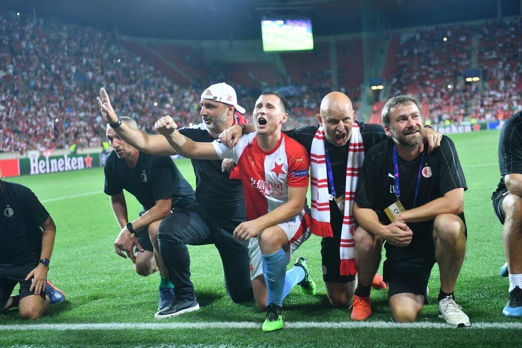 Střelec Slavie Jan Bořil oslavuje postup do Ligy mistrů s realizačním týmem