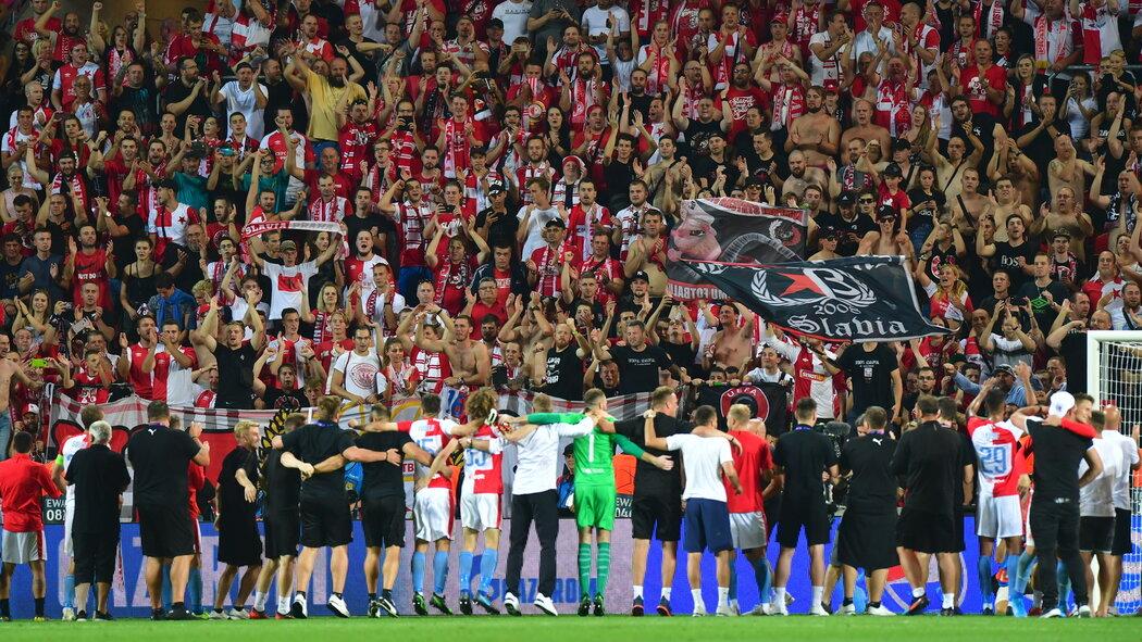 Fotbalisté Slavie si užívají děkovačku s Tribunou Sever po postupu do Ligy mistrů
