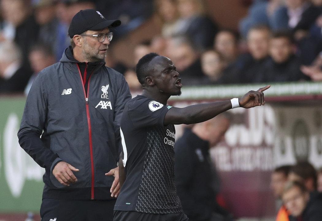 Sadio Mané prochází naštvaně kolem liverpoolského kouče Jürgena Kloppa