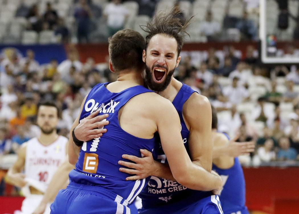 Vojtěch Hruban a Jaromír Boháčik se radují z postupu do osmifinále MS.