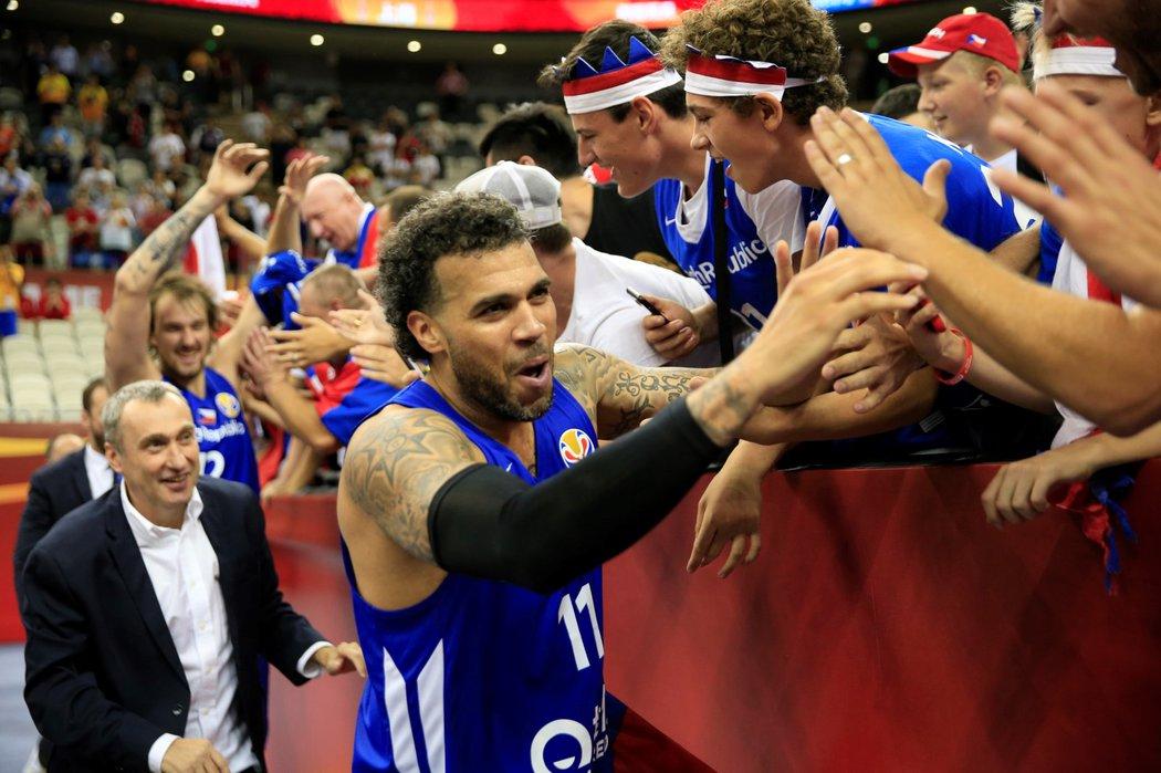 Český reprezentant Blake Schilb se raduje s fanoušky po postupu do osmifinále mistrovství světa v Číně