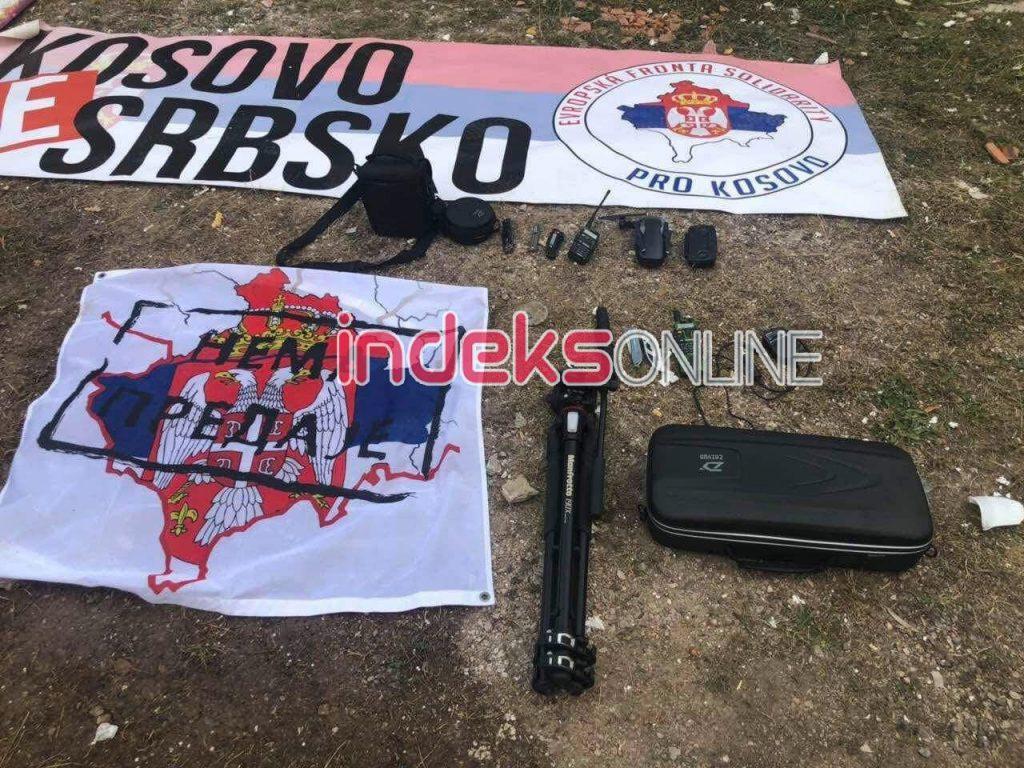 Vybavení a vlajku Kosovo je Sbsko, které osm Čechů chtělo použít k mezinárodní ostudě v Kosovu.