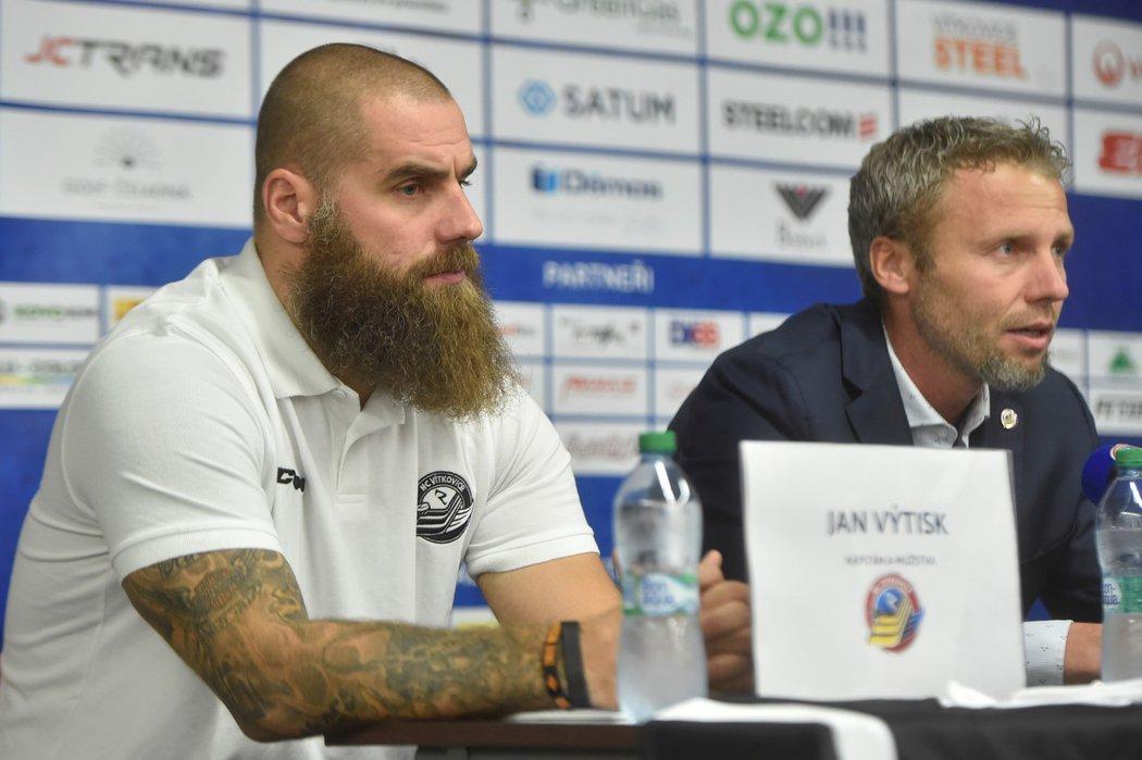 Kapitán Vítkovic Jan Výtisk a trenér Jakub Petr na tiskové konferenci před startem nové sezony Tipsport extraligy