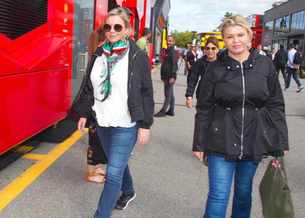 Manažerka Sabine Kehmová a manželka Michaela Schumachera Corinna na závodech formule 1 v Monze