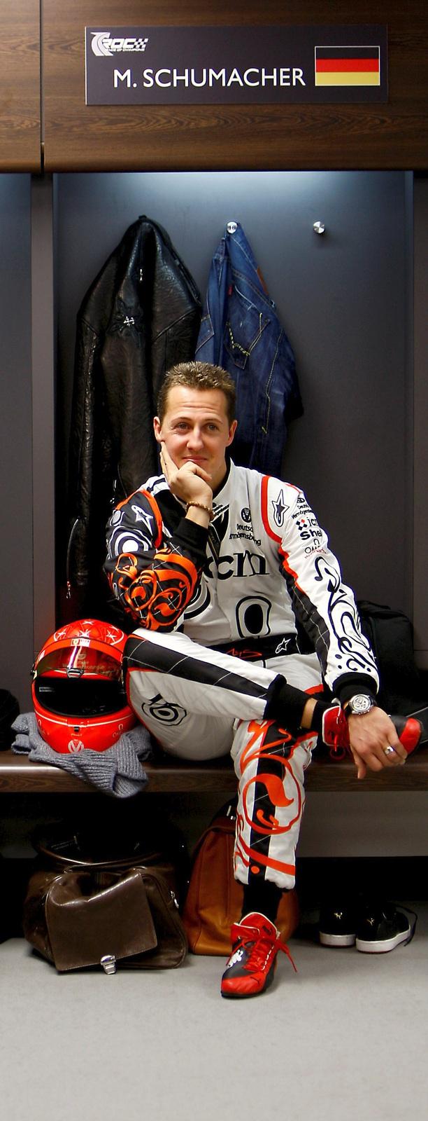 Závodnická legenda Michael Schumacher je neustále pod dohledem lékařů
