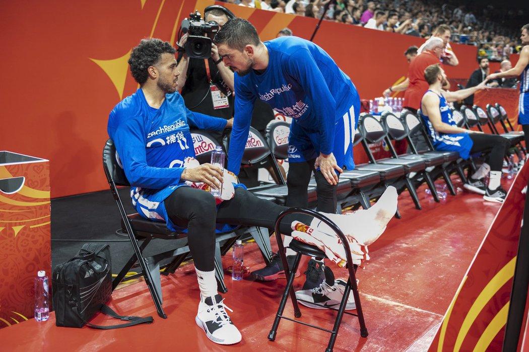 Český basketbalista Blake Schilb v rozhovoru s Tomášem Satoranským poté, co si v utkání s Brazílií poranil kotník