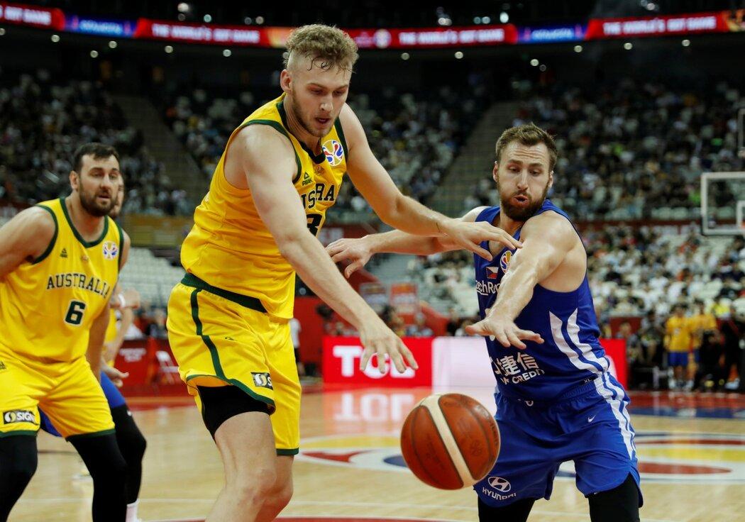 Jock Landale z Austrálie a Martin Kříž během čtvrtfinále MS v basketbalu