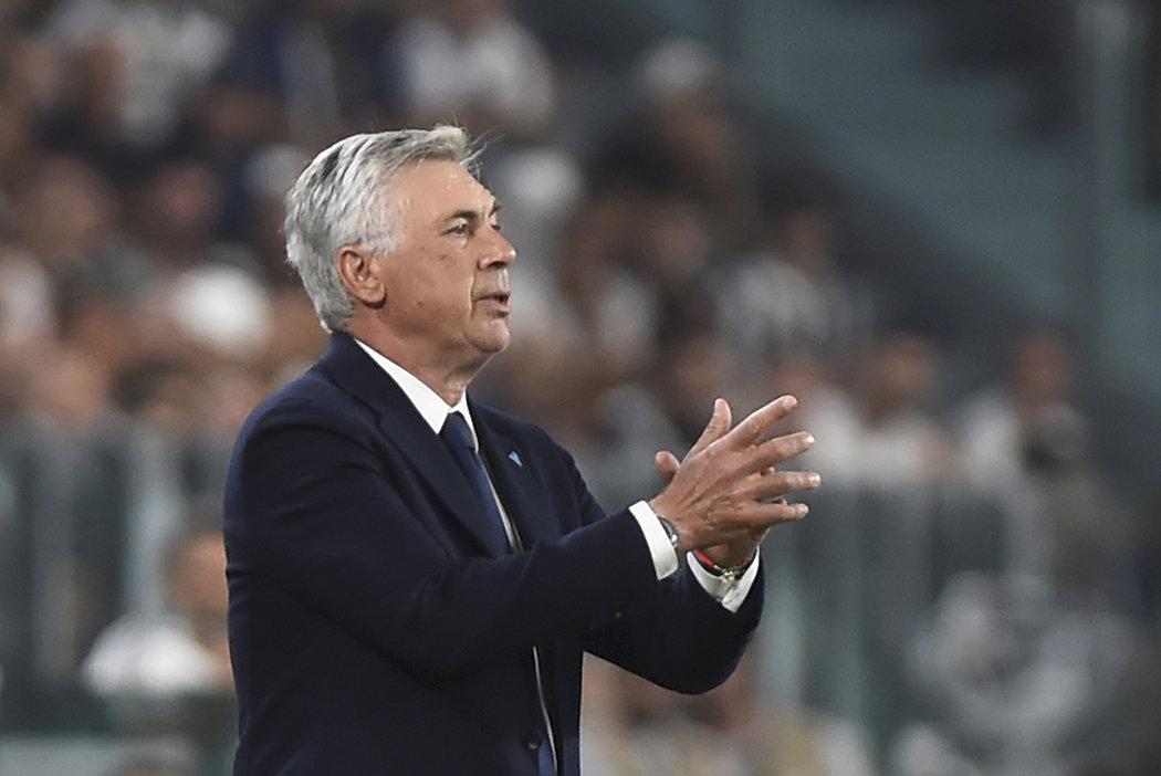 """""""Za dva měsíce je možné postavit dům, ale oni nám nebyli schopni zrekonstruovat šatny,"""" stěžoval si Ancelotti na stav stadionu."""