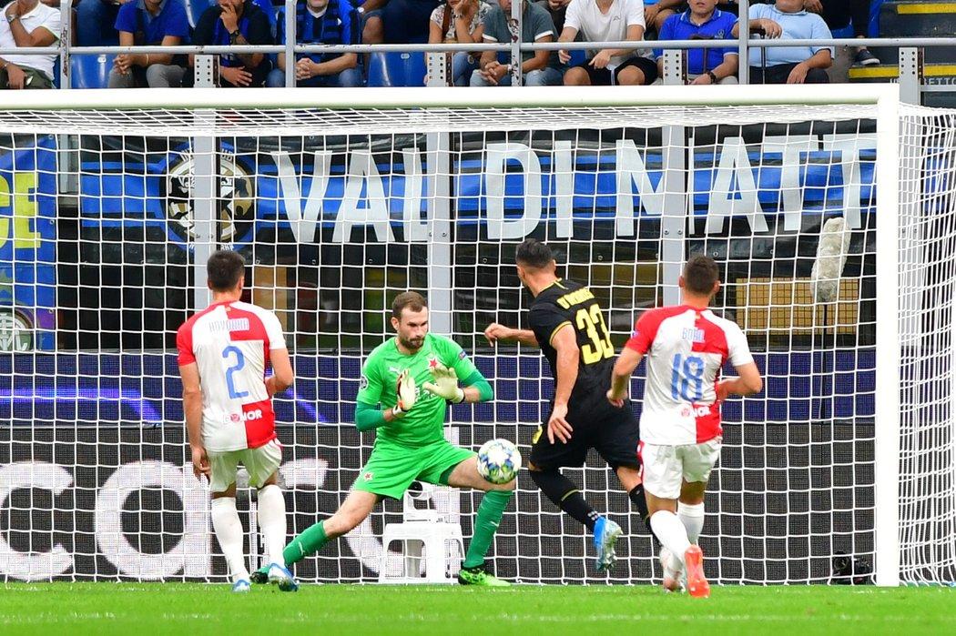 Brankář Slavie Ondřej Kolář likviduje šanci Danila D'Ambrosia z Interu Milán