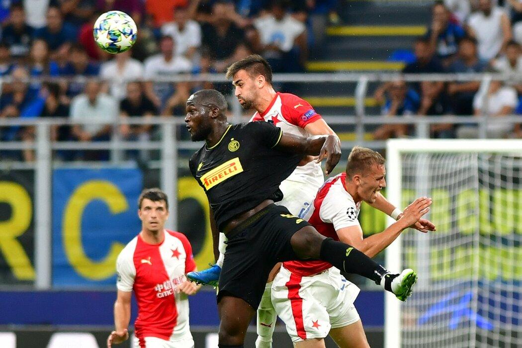 Slávista David Hovorka v úspěšném souboji proti útočníkovi Interu Milán Romelu Lukakovi