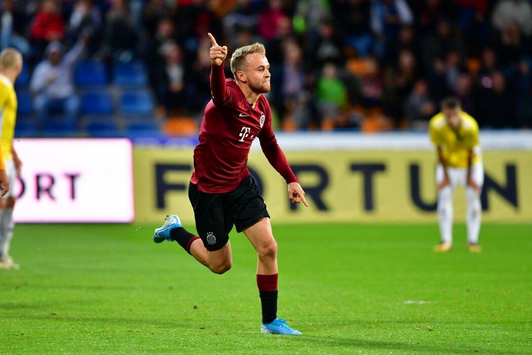 Martin Hašek oslavuje svou branku v utkání MOL Cupu Jihlavy se Spartou