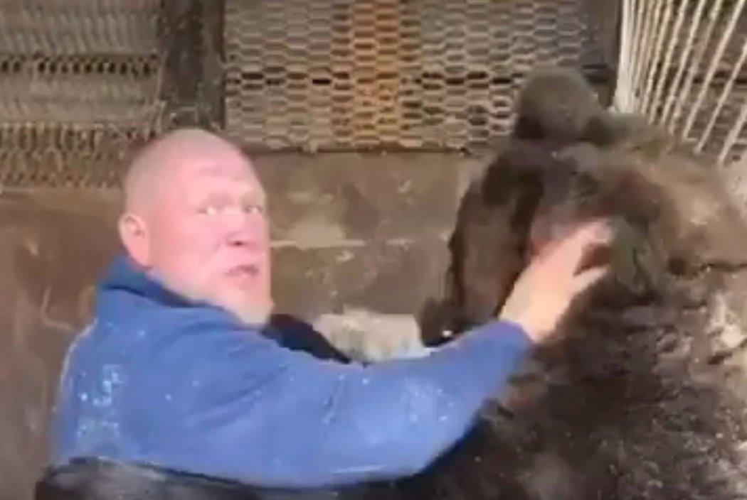 Maxim Novoselov se v kleci pral s živým medvědem