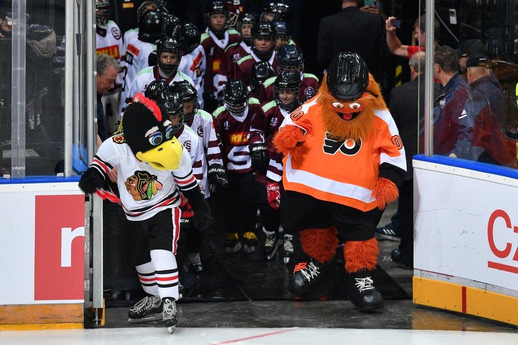 Maskoti Chicaga a Philadelphie přivádí na led hráče i doprovod v podobě sparťanské mládeže