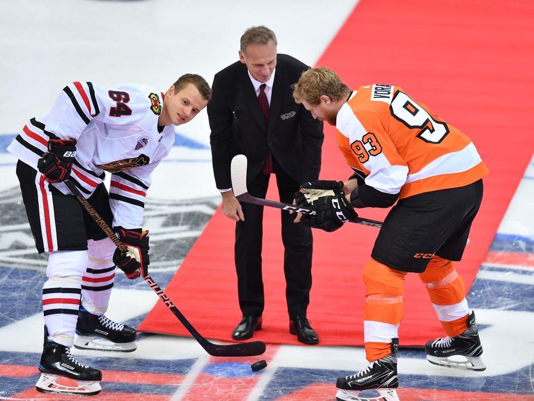Úvodní buly zápasů NHL v O2 areně vhodil legendární brankář Dominik Hašek