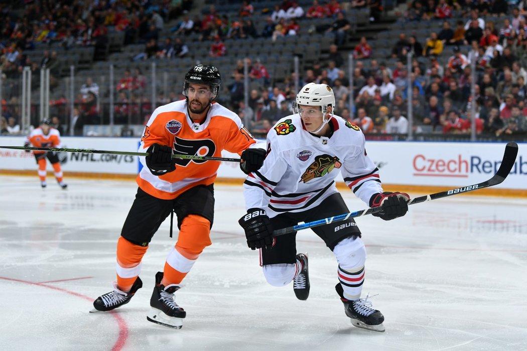 Dominik Kubalík z Chicaga v souboji s obráncem Flyers Mattem Niskanenem