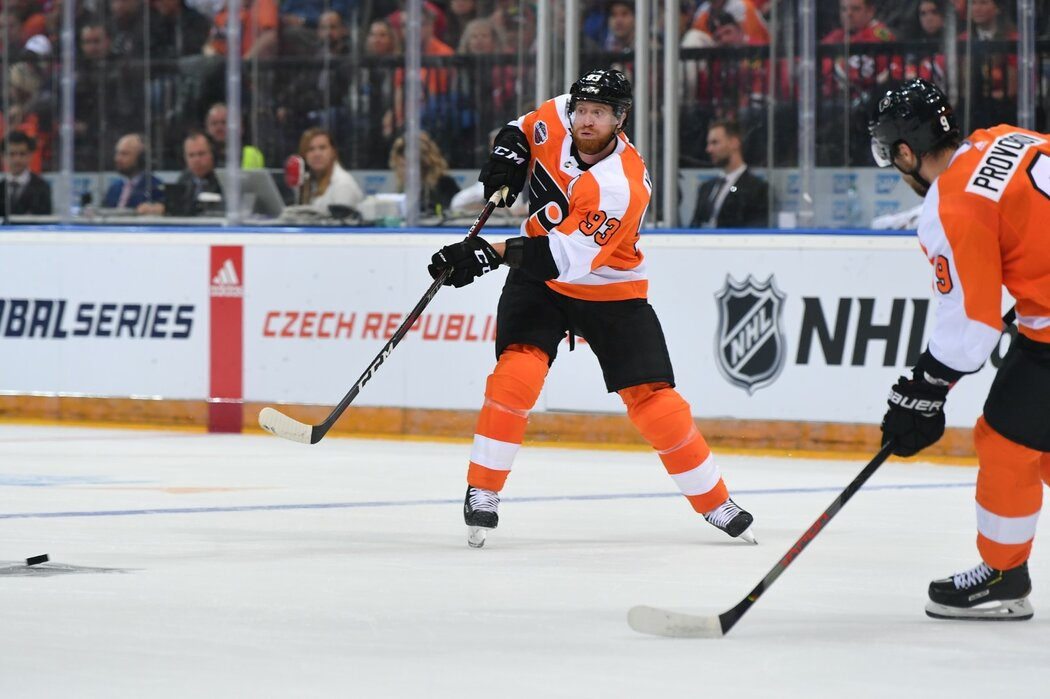 Hvězda Flyers Jakub Voráček během pražské bitvy NHL