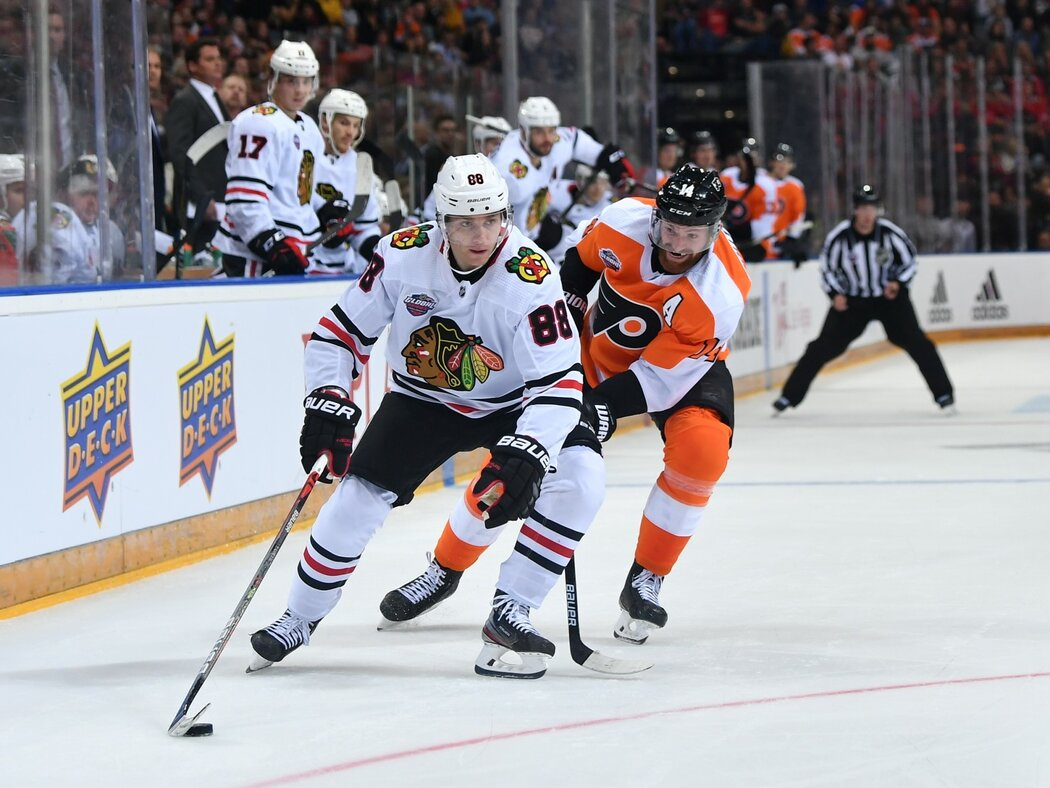 Chicagský útočík Patrick Kane ujíždí s kotoučem na branku Flyers