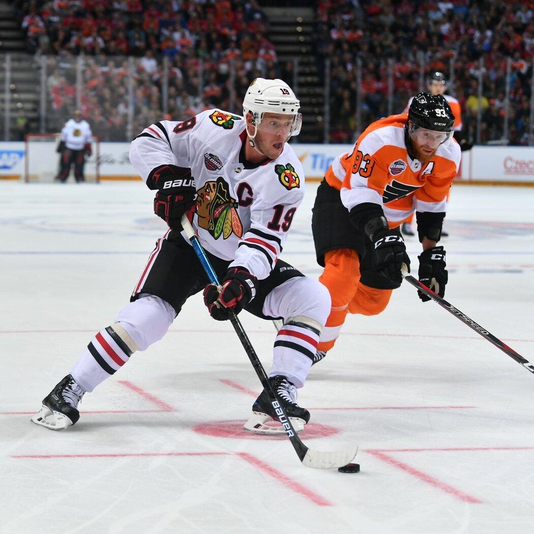 Kapitán Chicaga Jonathan Toews během pražské bitvy s Flyers
