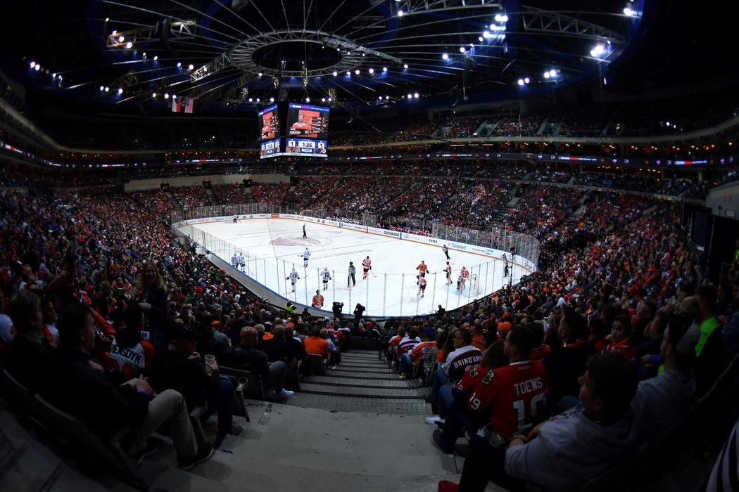Pohled na zaplněnou O2 arenu během zápasu NHL