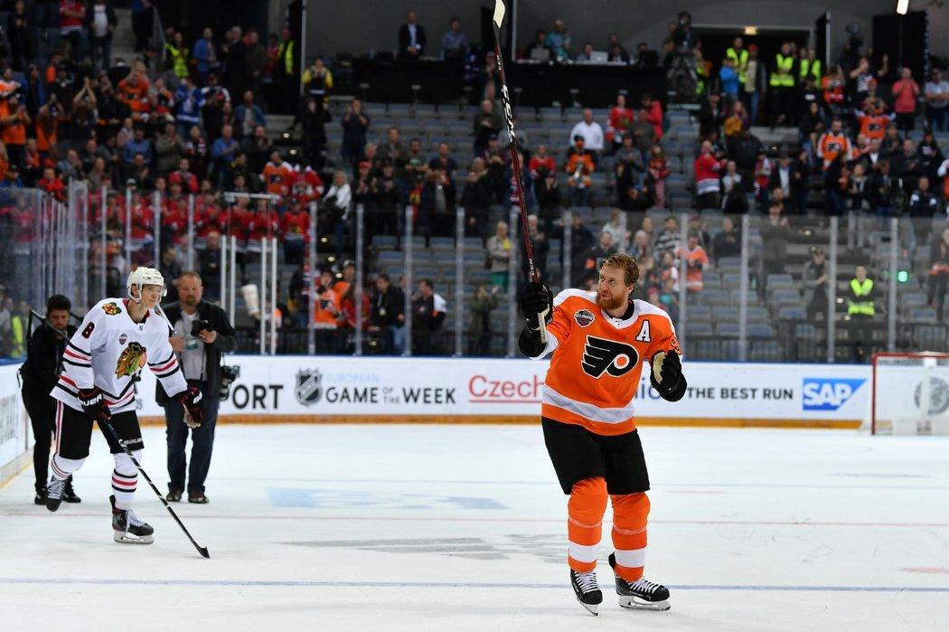 Jakub Voráček se po vítězství v pražské bitvě NHL loučí s českými fanoušky, za ním míří lehce skleslý debutant Dominik Kubalík
