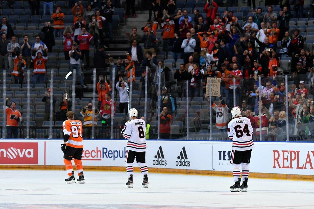 Čeští hokejisté Jakub Voráček, Dominik Kubalík a David Kämpf naposledy děkují fanouškům, kteří je přišli podpořit do zápasu NHL v Praze