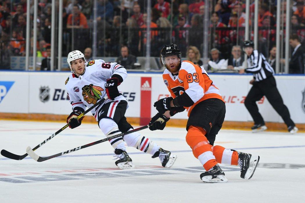 Kapitán národního týmu Jakub Voráček v dresu Flyers během pražské bitvy NHL s Blackhawks
