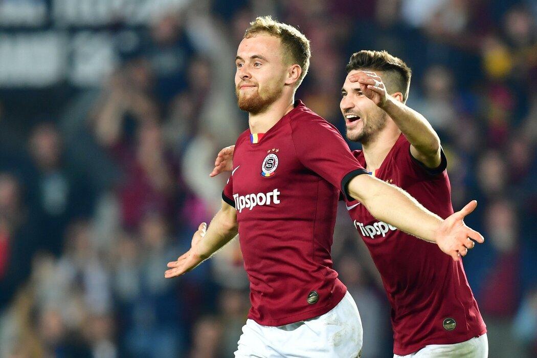 Martin Hašek oslavuje gól, který vstřelil proti Bohemians