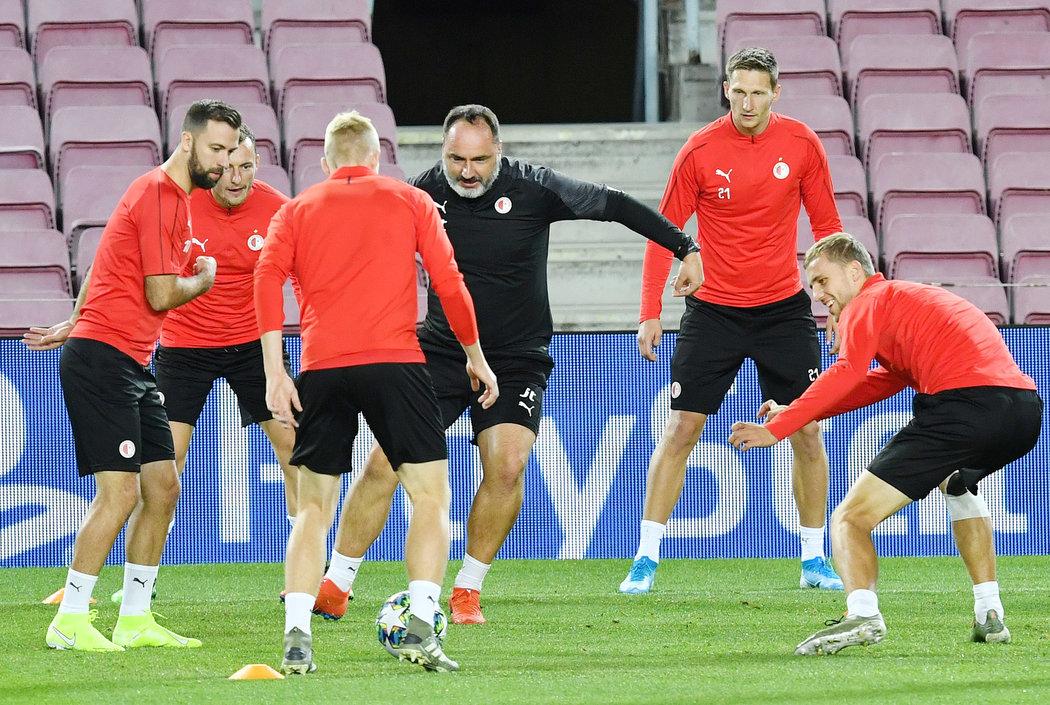 Kouč Slavie Jindřich Trpišovský si s týmem na Nou Campu zahrál i tradiční předzápasové bago