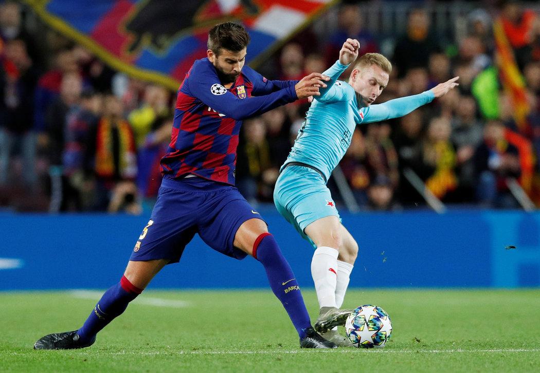 Gerard Piqué se snaží získat míč, ale Petr Ševčík je důsledný