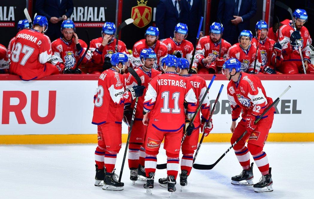 Čeští hokejisté oslavují vstřelenou branku