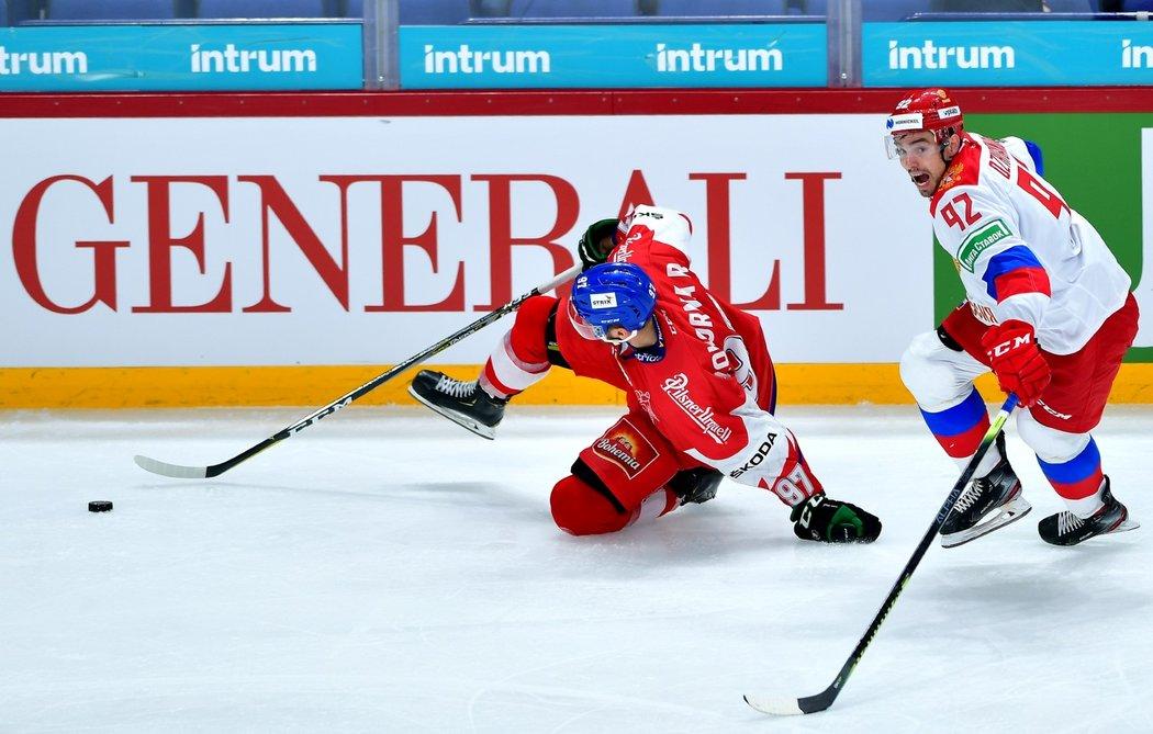 Reprezentační útočník Radim Zohorna padá k ledu po souboji s ruským soupeřem