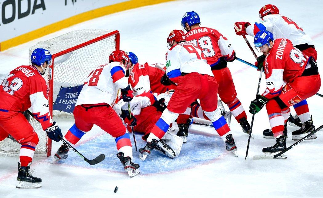 Čeští hokejisté se snaží procpat kotouč do ruské branky
