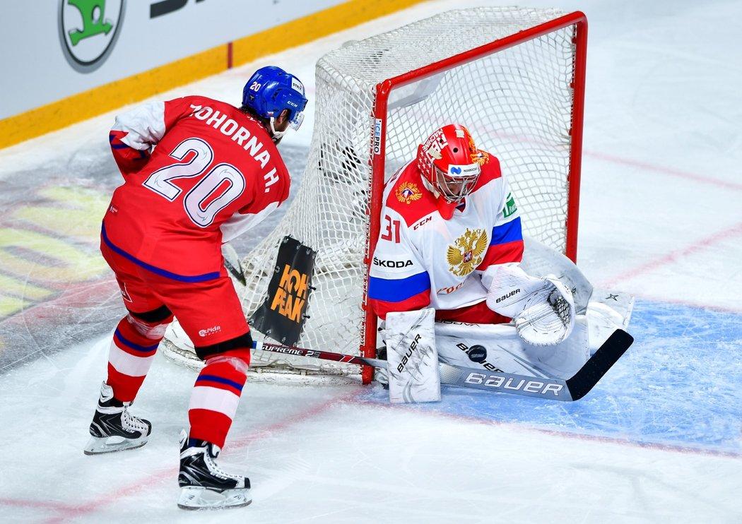 Český reprezentant Hynek Zohorna se snaží překonat ruského gólmana Alexandera Samonova