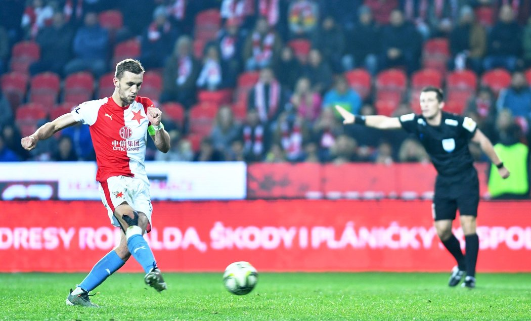 Slávistický kapitán Tomáš Souček proměňuje penaltu v utkání s Teplicemi