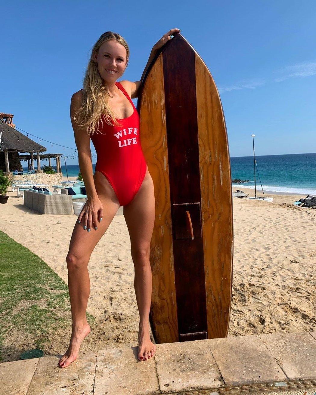 Blonďatá Dánka zaujala snímky z pláže v červených plavkách.