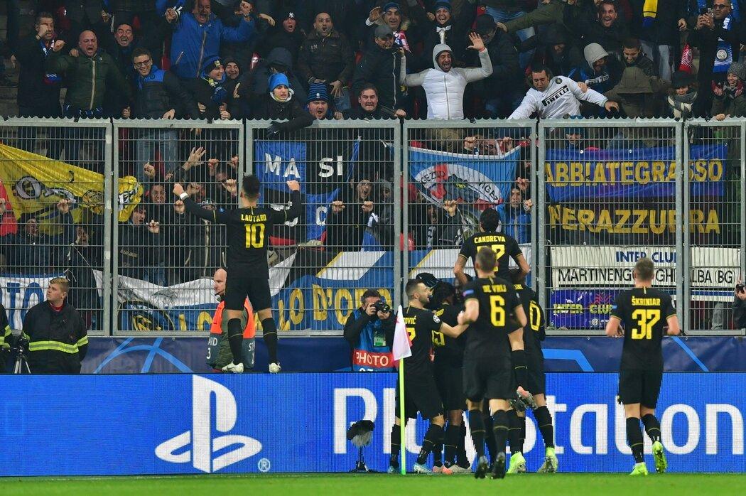Fotbalisté Interu Milán si v závěru mohli hned třikrát užít gólovou radost, poslední trefa Romela Lukaka ale neplatila kvůli ofsajdu