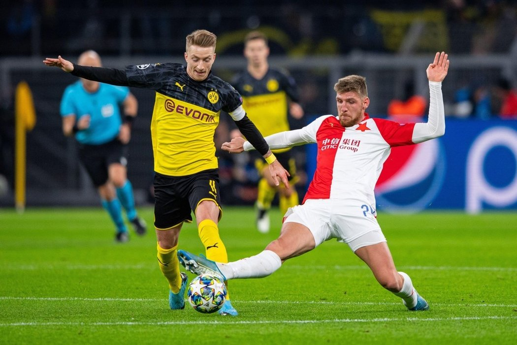 Ladislav Takács atakuje kapitána Borussie Marca Reuse