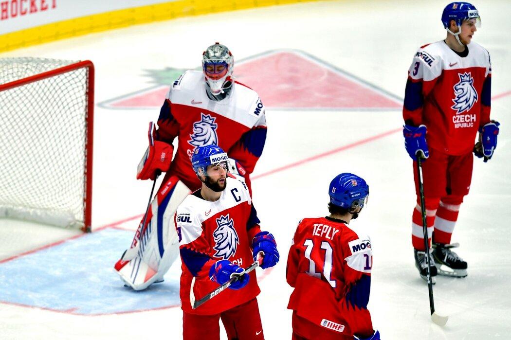 Zklamaní čeští hokejisté ve chvíli, kdy ve čtvrtfinále juniorského MS inkasovali od Švédska